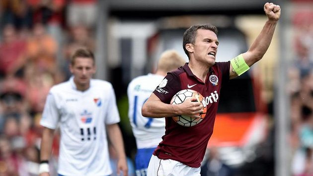 Sparťanský kapitán David Lafata se raduje z vyrovnávacího gólu proti Baníku Ostrava.
