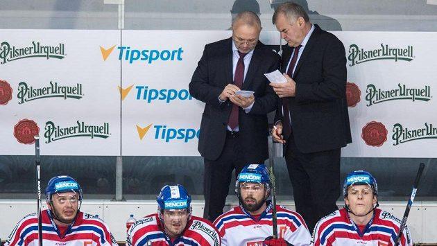Trenér české reprezentace Vladimír Vůjtek (vpravo) a asistent trenéra Jiří Kalousek na lavičce.