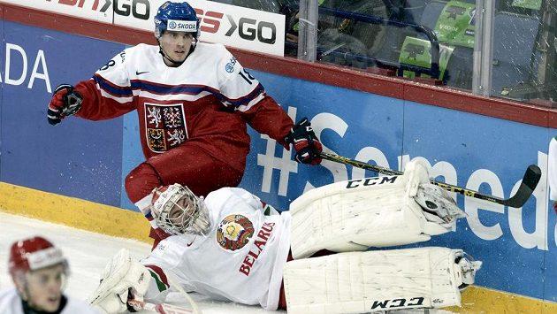 Běloruský brankář Ivan Kulbakov a Michael Špaček v zápase mistrovství světa juniorů ve Finsku.