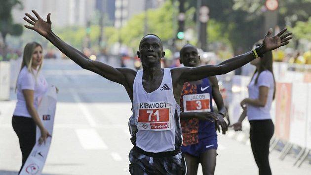 Keňan Kibiwott Kandie se raduje v cíli, za ním zůstal Uganďan Jacob Kiplimo.