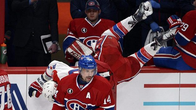 Montrealský útočník Tomáš Plekanec (vpředu) během utkání s Washingtonem. Za ním je v akrobatické pozici křídelník Capitals Tom Wilson.