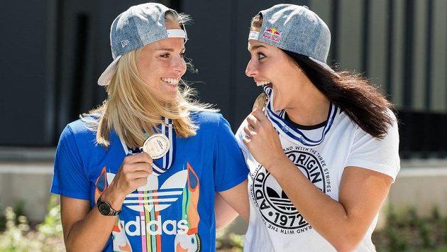 Radost ze stříbrných medailí z mistrovství Evropy měly Markéta Sluková (vlevo) a Barbora Hermannová obrovskou.