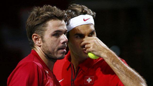 Švýcarský deblový pár Stanislas Wawrinka (vlevo), Roger Federer během daviscupové čtyřhry v Ženevě proti Kazachstánu.