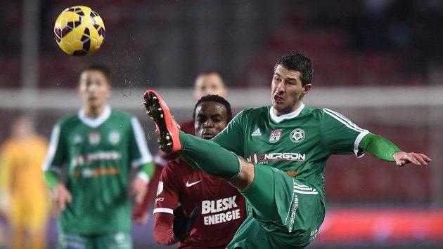 Příbramský Tomáš Pilík (vpředu) odkopává míč před Costou ze Sparty.