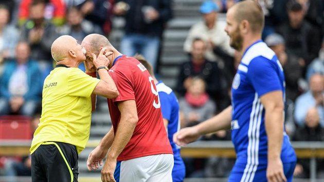 Kollerovo čelo bylo zlaté a dávalo v reprezentaci hodně gólů. I proto rozhodčí Pavlín Jirků ví, že si políbení zaslouží.