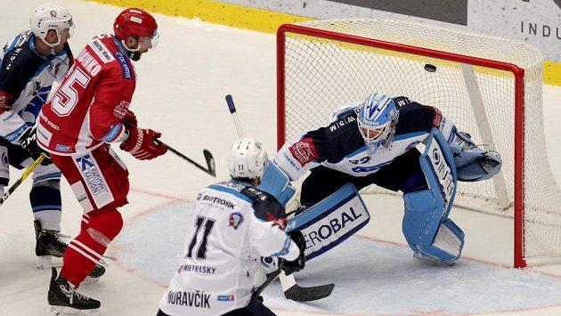 Brankář Plzně Miroslav Svoboda inkasuje první gól. Druhý zleva je třinecký útočník Tomáš Marcinko, v popředí zády Michal Moravčík z Plzně.