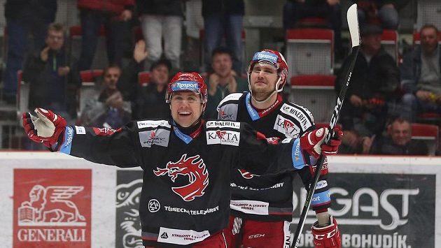 Třinecký hrdina Jiří Polanský se raduje z druhé branky v duelu s Pardubicemi ve čtvrtfinále play off.