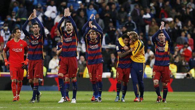 Fotbalisté Barcelony slaví s fanoušky vítězství v El Clásiku.