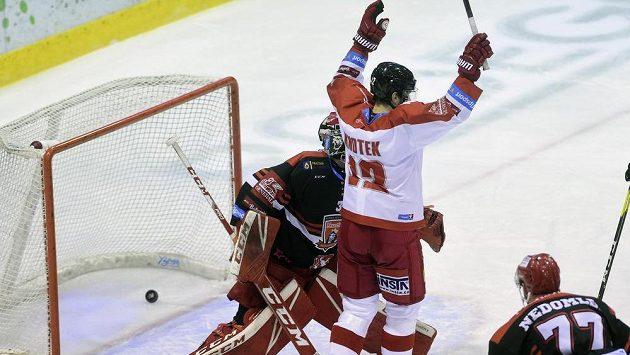 Útočník Olomouce Jan Knotek se raduje z gólu svého spoluhráče Zbyňka Irgla. Vlevo je brankář Hradce Jaroslav Pavelka, vpravo přihlíží jeho spoluhráč Richard Nedomlel.