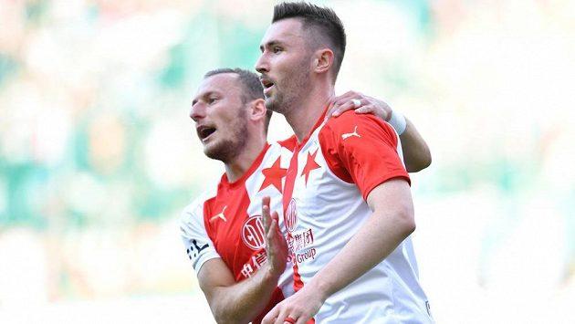 Střelci gólu Slavie Jaromíru Zmrhalovi (vpravo) gratuluje na archivním snímku Vladimír Coufal.