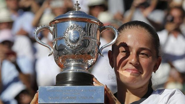 Jelena Ostapenková pózuje s pohárem pro vítězku French Open.