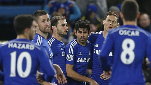 Útočník Chelsea Diego Costa (uprostřed) oslavuje se spoluhráči gól proti Hullu.