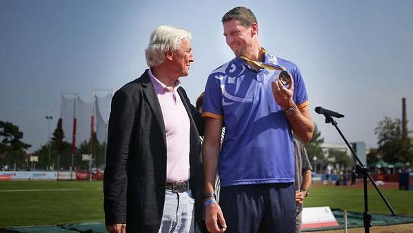 Výškař Jaroslav Bába převzal bronzovou medaili z mistrovství Evropy 2014 v Břeclavi od šéfa české atletiky Libora Varhaníka.