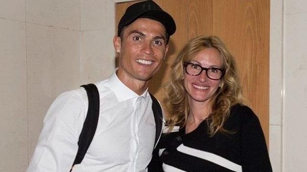 Herečka Julia Roberts se po šlágru španělské fotbalové ligy mezi Realem a Barcelonou fotila s hvězdami. Na snímku je s Portugalcem Cristianem Ronaldem.