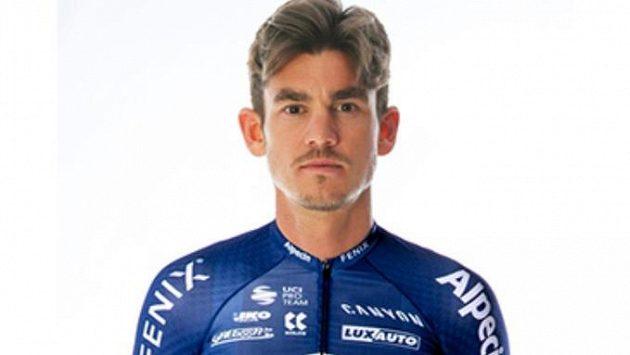 Britský cyklista Alexander Richardson se stal terčem loupežného přepadení.