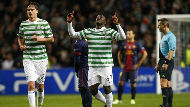 Útočník Celtiku Victor Wanyama (uprostřed) se raduje ze své hlavičky, která skončila v síti Barcelony.