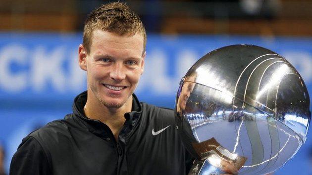 Pohár je můj! Tomáš Berdych s trofejí pro vítěze.