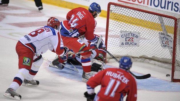 Hokejový útočník Zbyněk Irgl (druhý zleva) střílí první gól českého týmu proti Rusku.