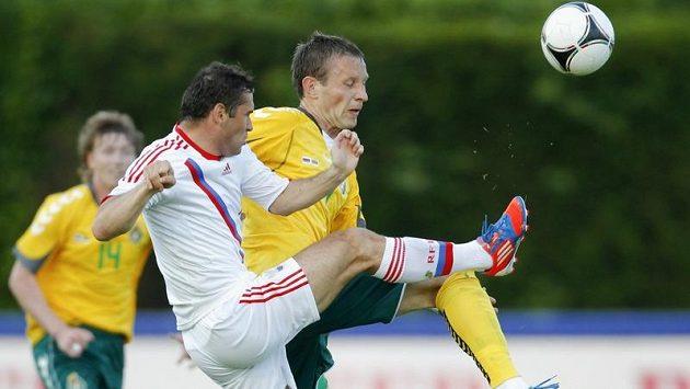 Ruský útočník Alexandr Keržakov (v bílém) bojuje o míč s Gediminasem Vičiusem z Litvy.
