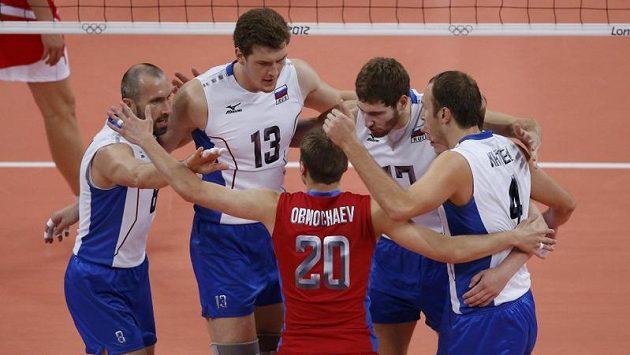 Ruští volejbalisté během zápasu s Bulharskem.