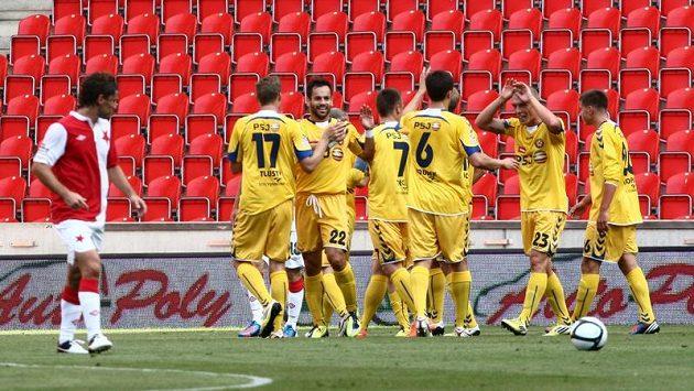 Fotbalisté Jihlavy se radují z gólu do sítě Slavie (ilustrační foto).