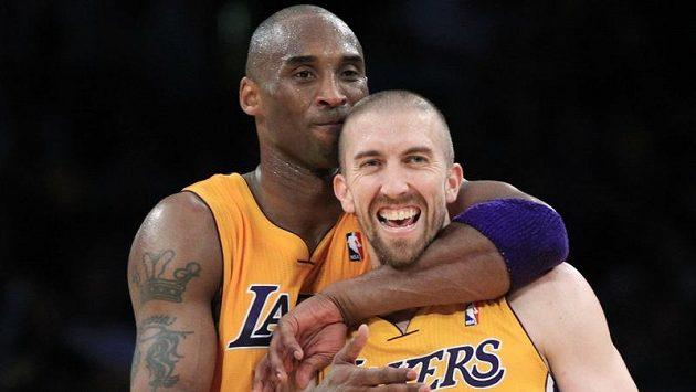 Basketbalisté LA Lakers Kobe Bryant a Steve Blake (5) se radují z postupu přes Denver.