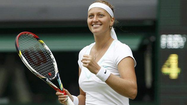 Vítězné gesto Petry Kvitové, úvodní kolo Wimbledonu úspěšně zvládla