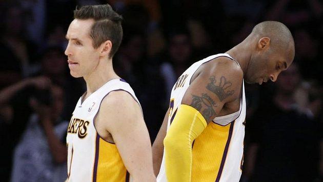 Steve Nash (vlevo) a Kobe Bryant v utkánín s Houstonem.