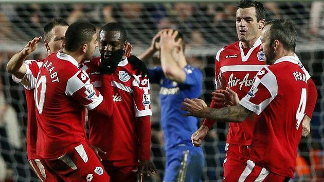 Fotbalisté Queens Parku oslavují střelce jediné trefy Shauna Wrighta-Phillipse (třetí zleva), v pozadí smutný zadák Chelsea Gary Cahill