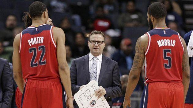 Otto Porter Jr. (vlevo) a Markieff Morris dostávají pokyny od trenéra Washingtonu Wizards Scotta Brookse.