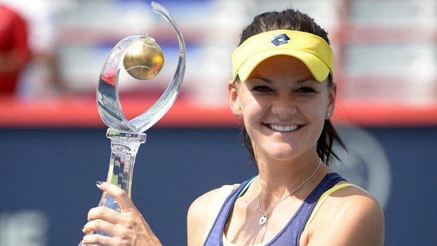 Agnieszka Radwaňská s trofejí pro vítězku turnaje v Montrealu.