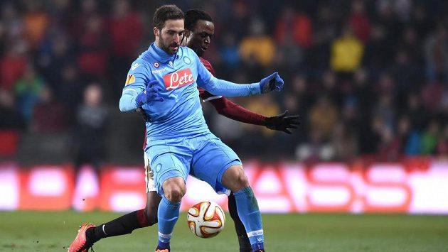 Neapolský útočník Gonzalo Higuaín (vlevo) si kryje míč před Costou ze Sparty.