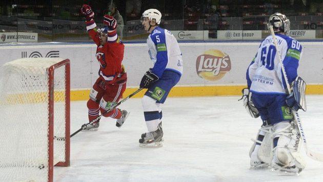 Michal Řepík z HC Lev Praha (vlevo) se raduje z gólu, přihlížejí Maxim Berezin a brankář Alexandr Sudnicin z Nižněkamsku.