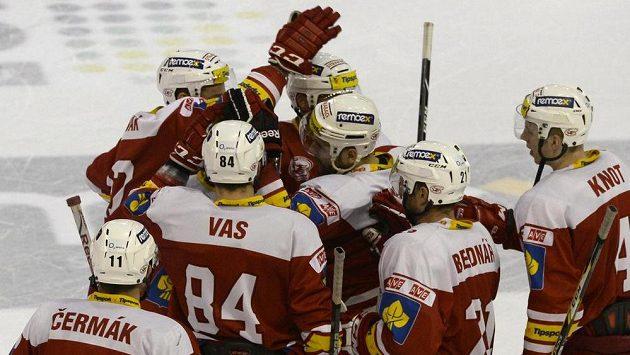 Hokejisté Slavie se radují z vítězství nad Olomoucí po samostatných nájezdech.