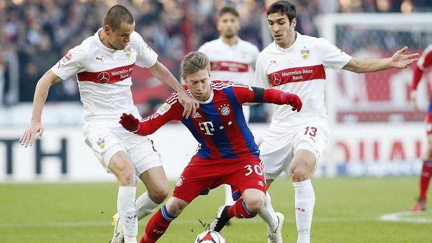 Fotbalista Stuttgartu Adam Hloušek (vlevo) se se spoluhráčem Oriolem Romeuem snaží zastavit Mitchella Weisera z Bayernu.