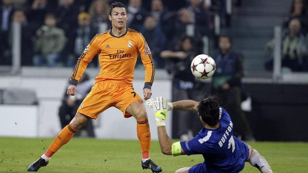 Cristiano Ronaldo z Realu překonává brankáře Juventusu Gianluigi Buffona v utkání Ligy mistrů.