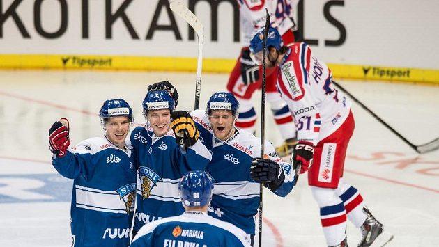 Hokejisté Finska slaví gól v síti Česka v utkání turnaje Channel One Cup. Vpravo je zklamaný český útočník Roman Horák. Ilustrační snímek.