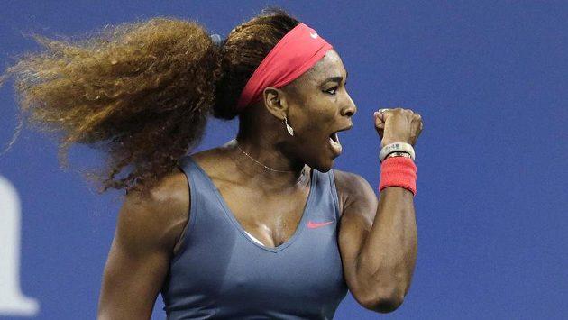 Serena Williamsová se raduje z postupu přes Francesku Schiavoneovou.
