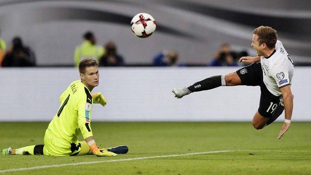Němec Mario Götze v akrobatické pozici před gólmanem Tomášem Vaclíkem.