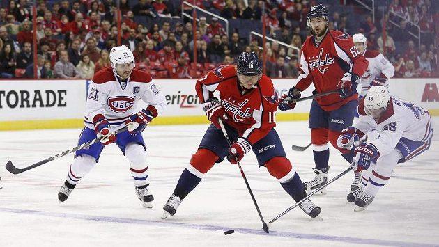 Rozjetého Martina Erata (uprostřed) v dresu Washingtonu se snaží zastavit hráči Montrealu Daniel Briere (vpravo) a Brian Gionta.