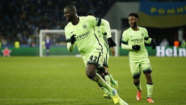 Yaya Touré se raduje z gólu v zápase s Dynamem Kyjev.