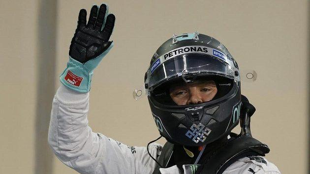 Nico Rosberg po vítězné kvalifikaci na Velkou cenu Abú Zabí vozů formule 1.