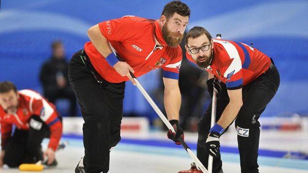 Kvalifikační turnaj v curlingu o postup na OH v Pchjongčchangu 2018. Zleva Jiří Snítil, Jindřich Litzberger a Martin Snítil z českého týmu v duelu s Dánskem.