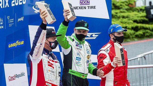 Nejlepší jezdci prvního závodu druhého soutěžního dne. Zleva druhý Adam Lacko z ČR, vítěz Sascha Lenz z Německa a bronzový Norbert Kiss z Maďarska.