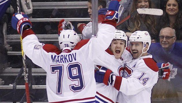 Tomáš Plekanec (14), Andrew Shaw a Andrej Markov slaví vítězný gól proti Torontu.