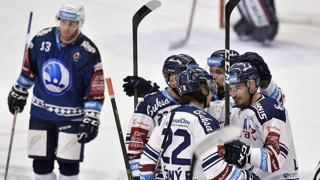 Hokejisté Vítkovic se radují z gólu