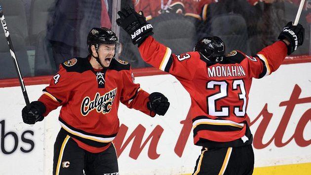 Český útočník Jiří Hudler (24) z Calgary Flames oslavuje se spoluhráčem Seanem Monahanem (23) svůj gól do sítě Bostonu Bruins.