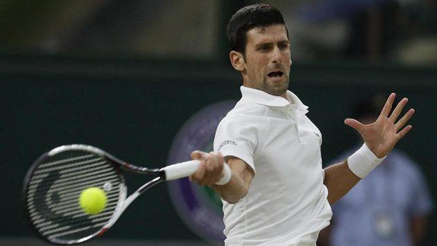Srb Novak Djokovič při wimbledonském semifinále s Rafaelem Nadalem ze Španělska.