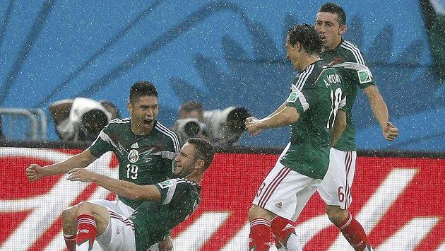 Střelec mexické branky Oribe Peralta (č. 19) a jeho spoluhráči Miguel Layún (druhý zleva), Andrés Guardado a Héctor Herrera (vpravo).