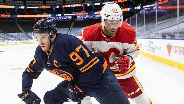 Connor McDavid (vpředu) byl proti Calgary k nezastavení.
